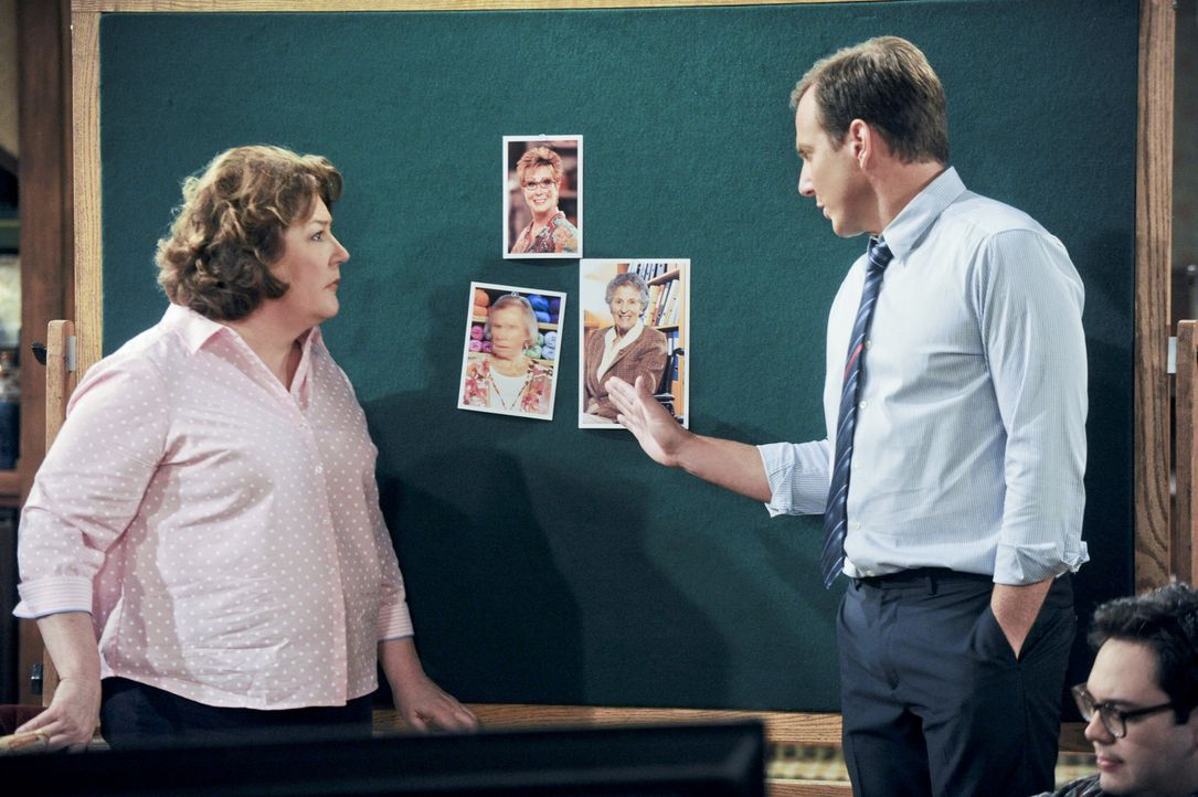 Eine neue Situation wartet auf Nathan (Will Arnett, r.) und Carol (Margo Martindale, l.), als Tom sich wieder mit Frauen verabredet ... - Bildquelle: 2013 CBS Broadcasting, Inc. All Rights Reserved.