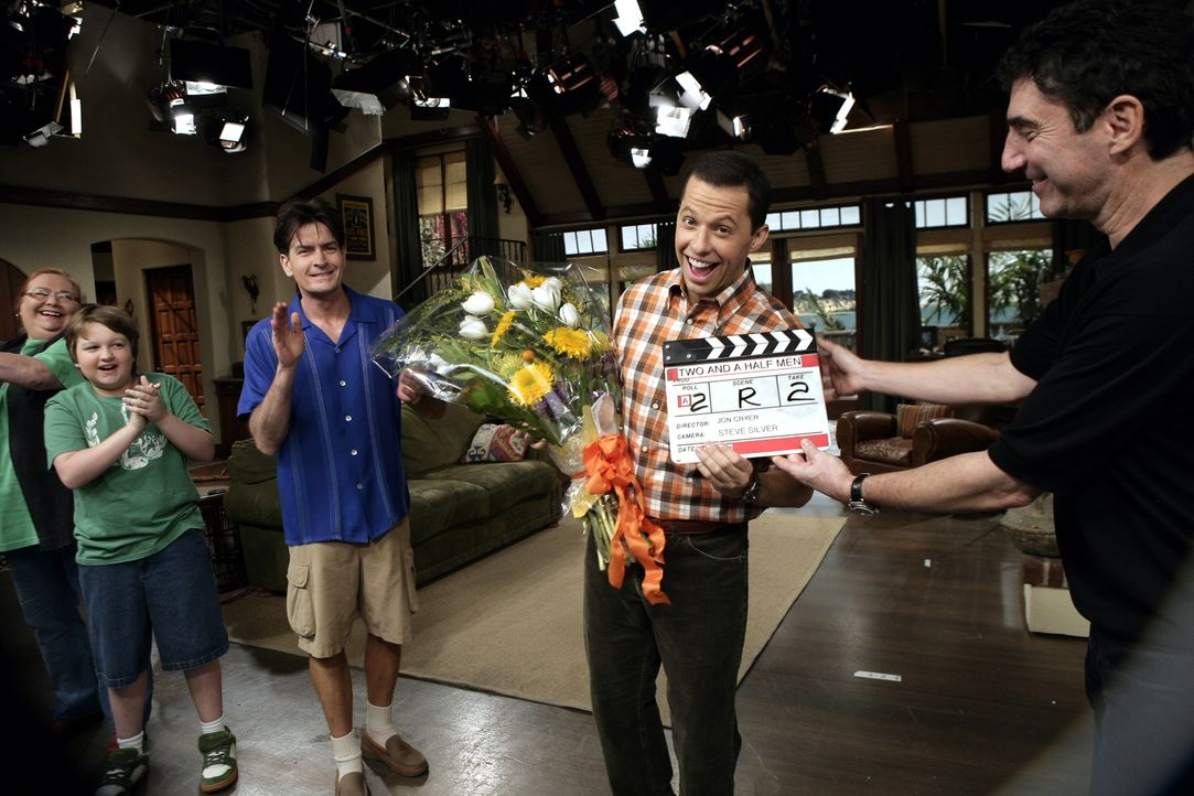 "Bei den Dreharbeiten zu ""Two and a Half Men"" ... - Bildquelle: Warner Brothers Entertainment Inc."