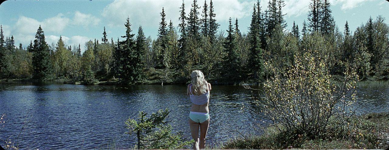 Norwegen Mitte der 80er Jahre. Hedda (Ida Marie Bakkerud) und ihre Freunde fahren raus ins Grüne, um in einer abgelegenen Gegend ein lustiges Woche...