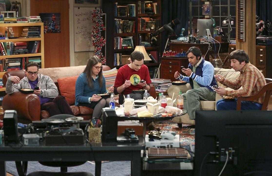 Die Clique ist längst vom Virus des Technologie-Zeitalters befallen, doch während Leonard (Johnny Galecki, l.), Sheldon (Jim Parsons, 3.v.l.), Raj (... - Bildquelle: Warner Brothers