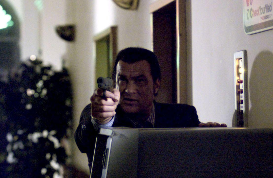 Der Undercoveragent Jonathan Cold (Steven Seagal) wurde von der CIA beauftragt, eine osteuropäische Terroristengruppe davon abzuhalten, an eine nuk... - Bildquelle: Copyright   2005 Crab Trap Productions. All Rights Reserved.