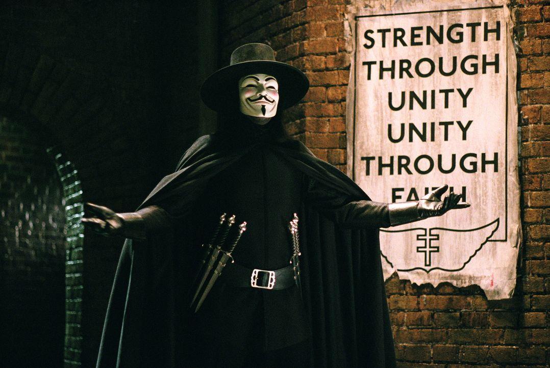 Die Welt scheint kurz vor dem Untergang zu stehen, doch das gute alte Britannien kann dank autoritärer Führung weiterhin bestehen. Vendetta (Hugo We... - Bildquelle: Warner Bros. Pictures