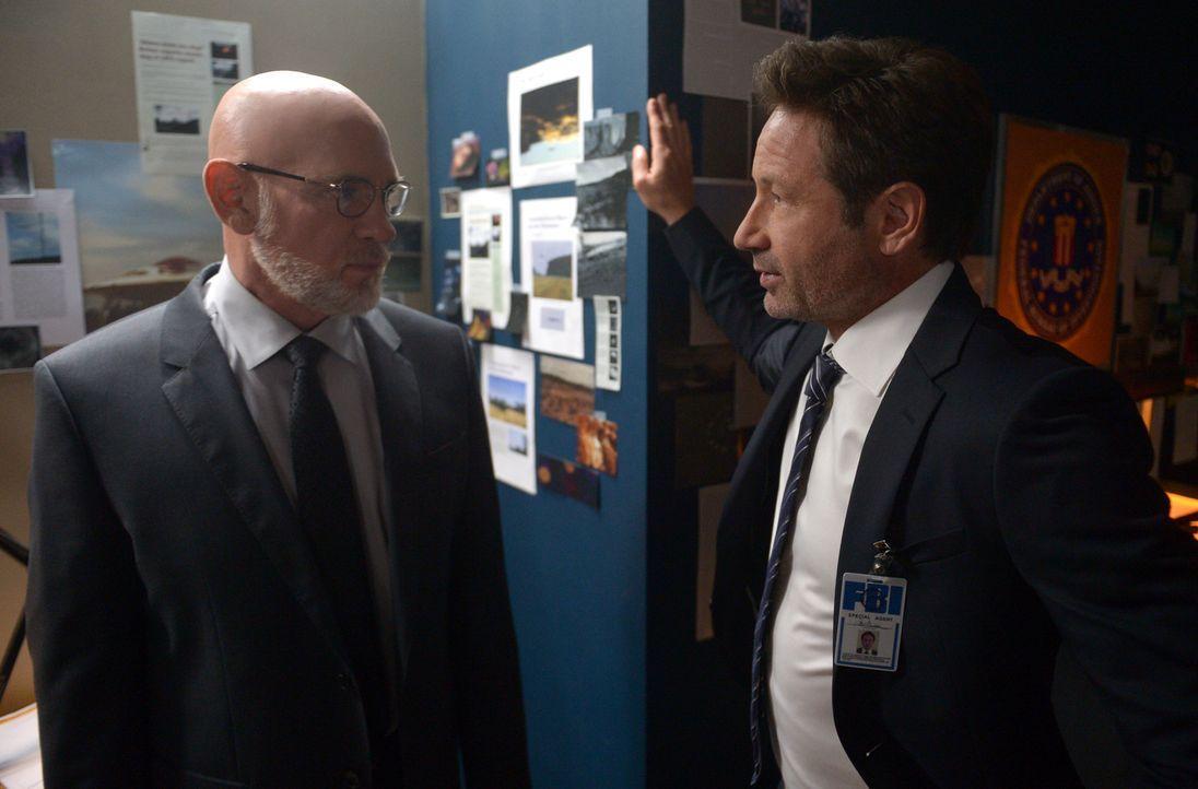 Können Mulder (David Duchovny, r.) und Scully Skinner (Mitch Pileggi, l.) wirklich trauen? - Bildquelle: 2017 Fox and its related entities.  All rights reserved.