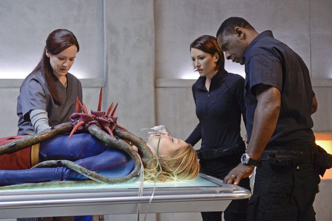 Als ein parasitärer Alien Kara (Melissa Benoist, 2.v.l.) befällt und in eine Traumwelt versetzt, müssen Alex (Chyler Leigh, 2.v.r.) und Hank alias J... - Bildquelle: 2015 Warner Bros. Entertainment, Inc.