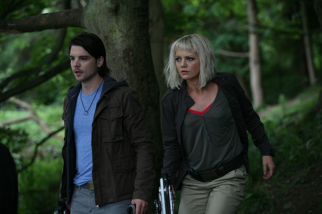 Matt wird mit Abby (Hannah Spearitt, r.) und Connor (Andrew Lee Potts, l.) zu einer ungewöhnlichen - weil instabilen - Anomalie geschickt ... - Bildquelle: ITV Plc