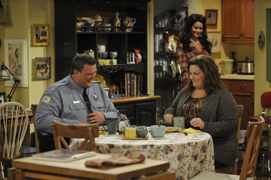 Als Molly (Melissa McCarthy, r.) sich mit Victoria (Katy Mixon, hinten) streitet, findet sich Mike (Billy Gardell, l.) auf einmal zwischen den Front... - Bildquelle: Warner Brothers