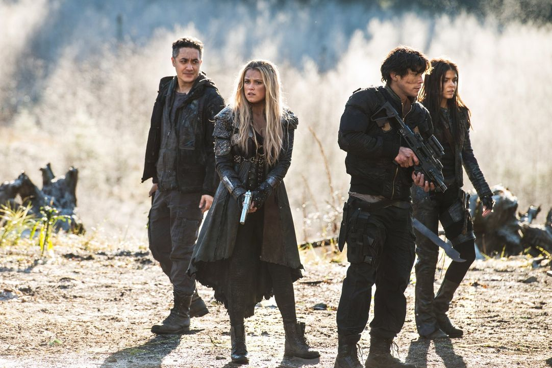 Als Sinclair (Alessandro Juliani, l.), Clarke (Eliza Taylor, 2.v.l.), Bellamy (Bob Morley, 2.v.r.) und Octavia (Marie Avgeropoulos, r.) in Arkadia e... - Bildquelle: 2014 Warner Brothers