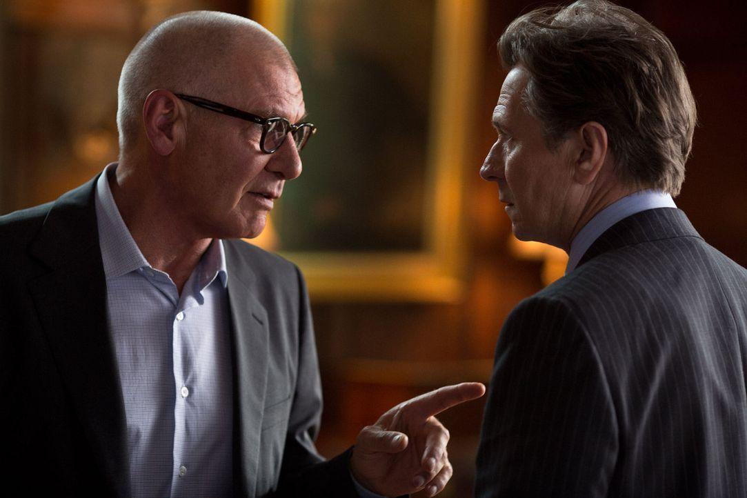 Die Firmenchefs Jock Goddard (Harrison Ford, l.) und Nicholas Wyatt (Gary Oldman, r.) sind erbitterte Rivalen, die sich bis aufs Blut bekämpfen ... - Bildquelle: 2012 Paranoia Acquisitions LLC. All rights reserved.