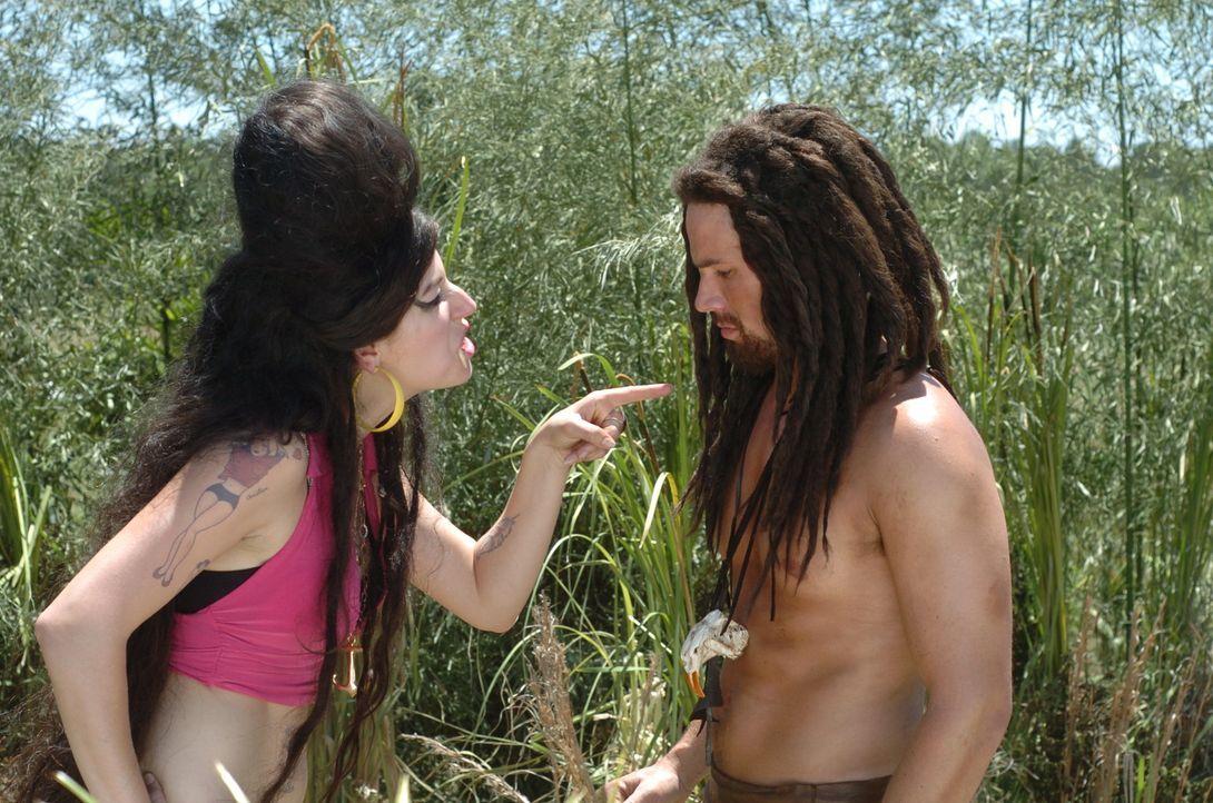 Im Traum erscheint Will (Matt Lanter, r.) eine ziemlich obszöne Frau, die Amy Winehouse (Nicole Parker) zum Verwechseln ähnlich sieht. - Bildquelle: Constantin Film Verleih