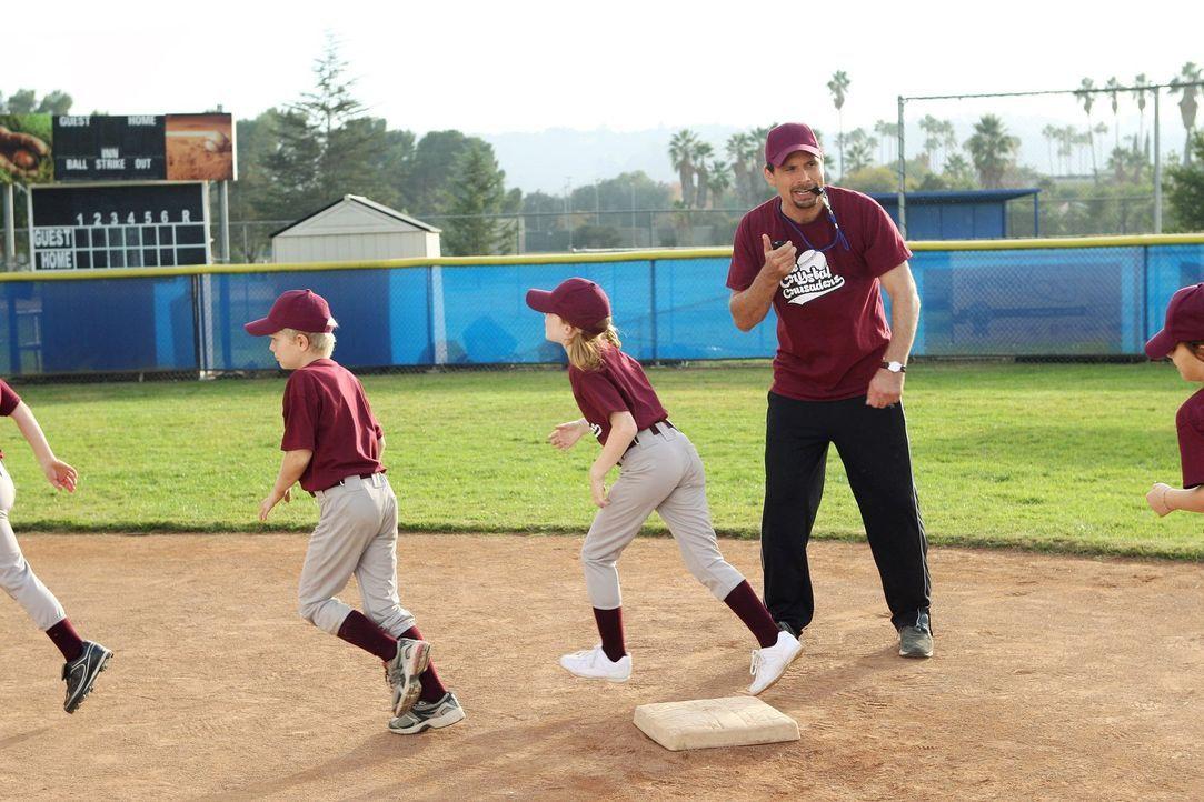 George (Jeremy Sisto) nimmt die Kleinen von Sheila ganz schön hart ran. Aber wer nicht trainiert, der kann auch nicht gewinnen. Übertreibt George es... - Bildquelle: Warner Brothers