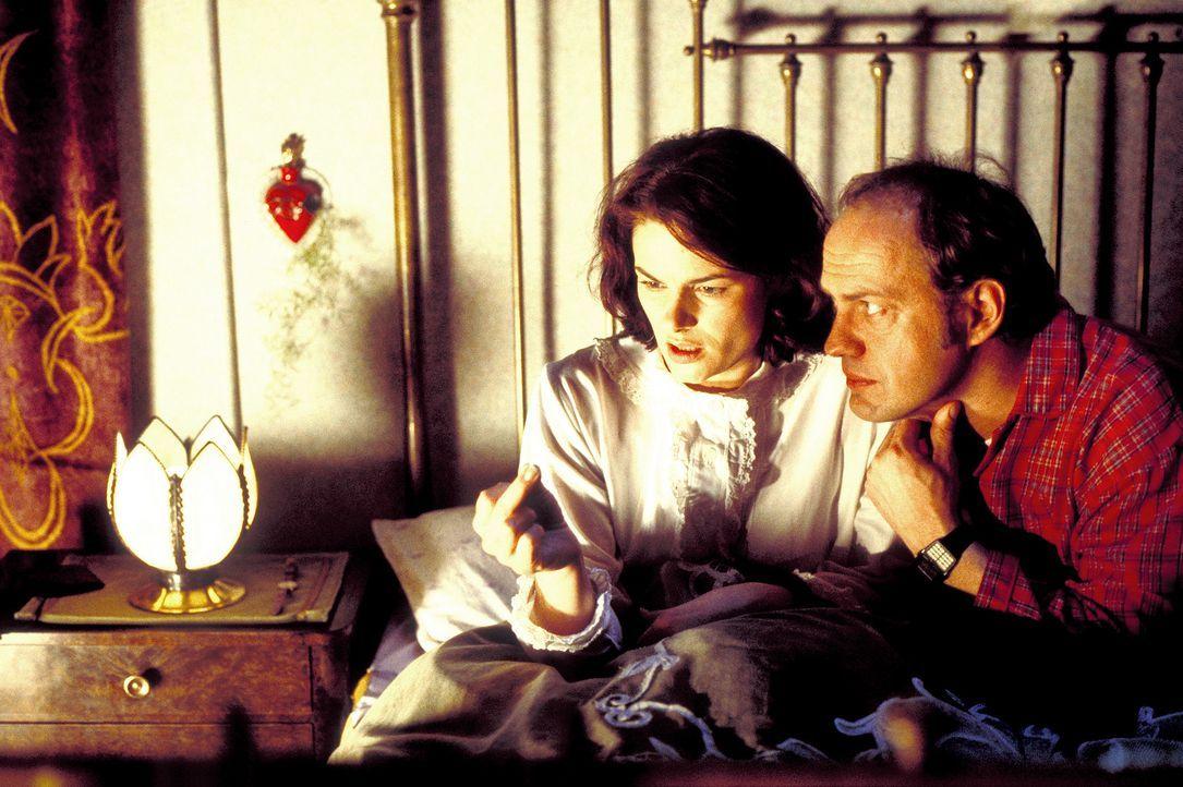 Charlotte (Barbara Auer, l.) und Mauser (Uwe Ochsenknecht, r.) sind der lebende Beweis, dass Gegensätze sich anziehen. Sie ist eine aufstrebende Mo... - Bildquelle: ProSieben