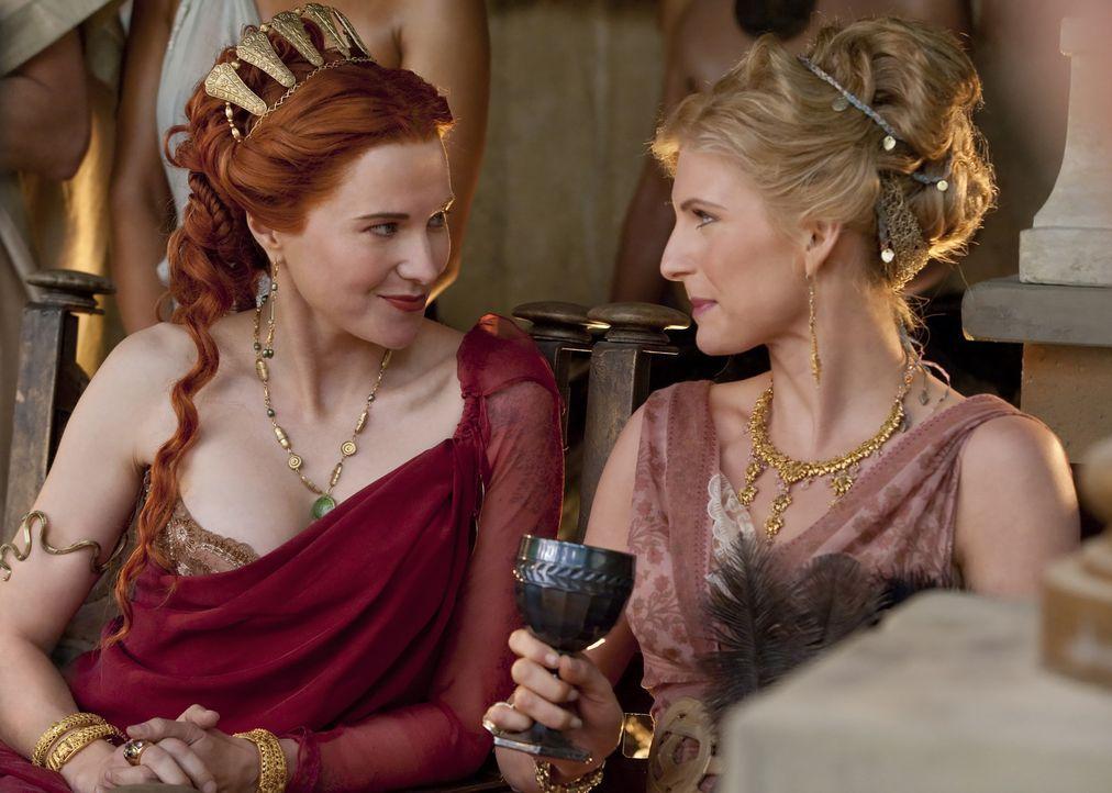 Am Vorabend des Festes gibt Batiatus einen Empfang, auf dem stellt er seine Gladiatoren vor. Die Frauen (Lucy Lawless, 3.v.r., Lesley Ann Brandt, r.... - Bildquelle: 2010 Starz Entertainment, LLC