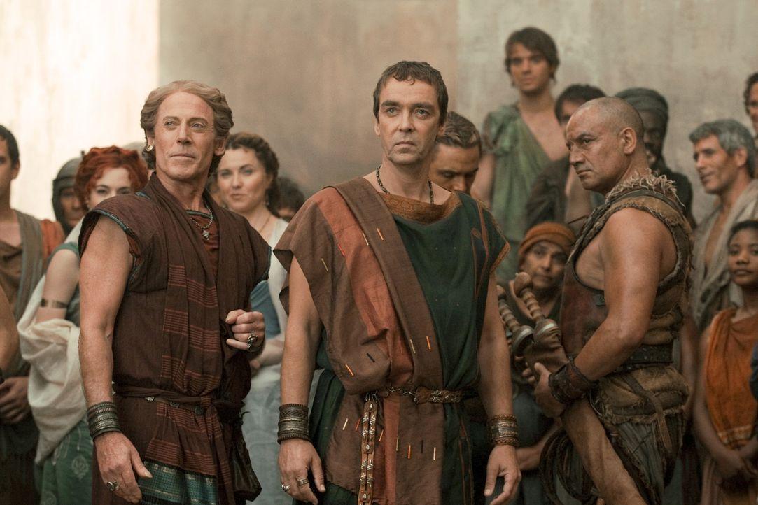 Hoffen auf einen Sieg von Gannicus: Solonius (Craig Walsh, l.), Batiatus (John Hannah, M.) und Old Doctore (Temuera Morrison, r.) ... - Bildquelle: 2010 Starz Entertainment, LLC