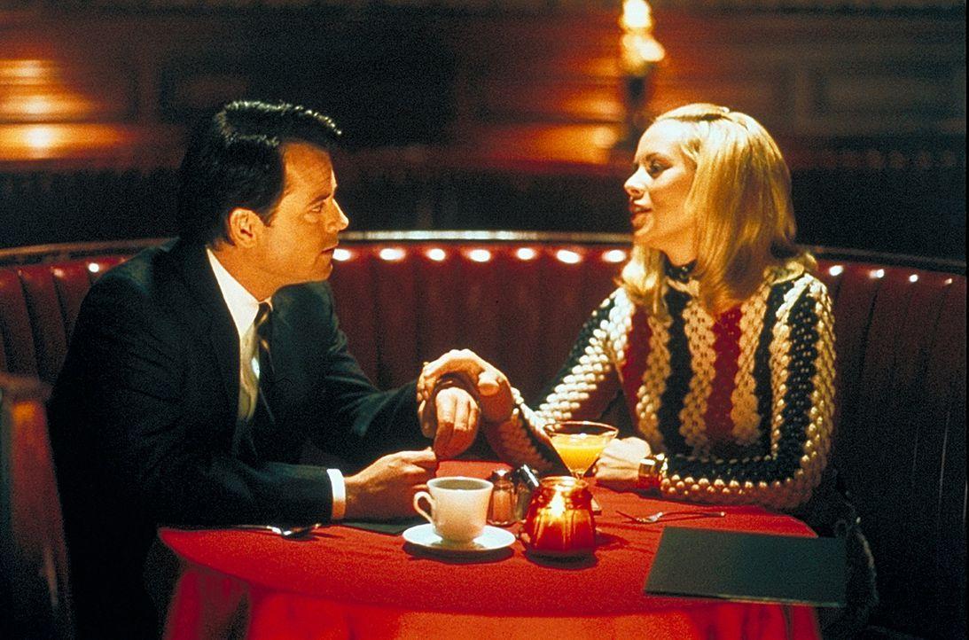 Kann seine Affären (Maria Bello, r.) schon gar nicht mehr zählen: der verheiratete Bob Crane (Greg Kinnear, l.). - Bildquelle: 2003 Sony Pictures Television International