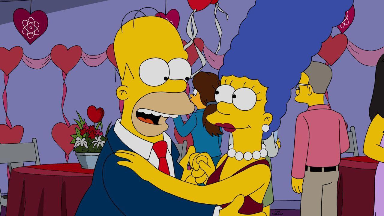 Sind glücklich miteinander: Homer (l.) und Marge (r.) ... - Bildquelle: 2015 Fox and its related entities.  All rights reserved.
