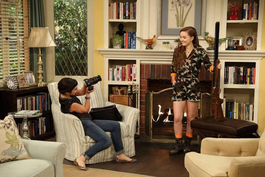 Eve (Kaitlyn Dever, r.) genießt es, für ihre Schwester Mandy (Molly Ephraim, l.) als Model zu arbeiten ... - Bildquelle: 2013-2014 Twentieth Century Fox Film Corporation. All rights reserved.