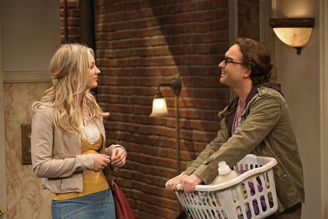 Penny (Kaley Cuoco, l.) ist entsetzt, dass Leonard (Johnny Galecki, r.) von Alex angebaggert wird und ihm das auch noch gefällt ... - Bildquelle: Warner Bros. Television