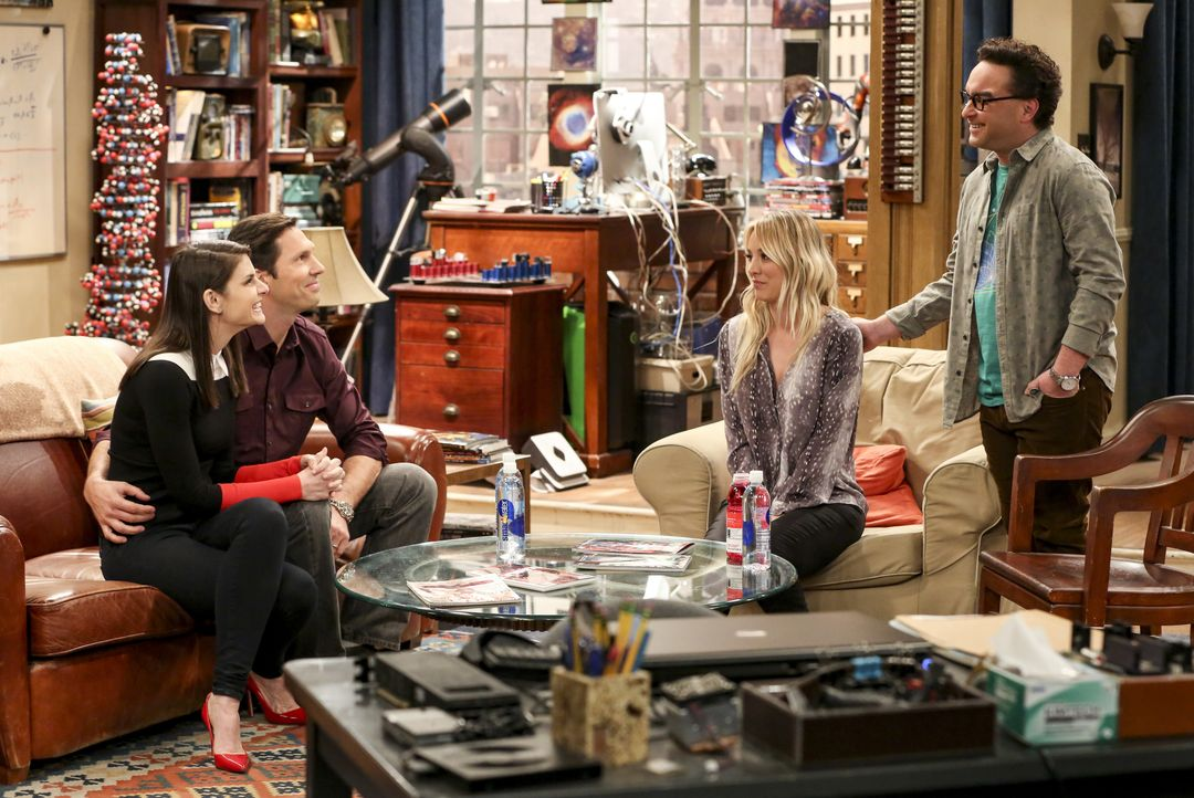 (v.l.n.r.) Marissa Johnson (Lindsey Kraft); Zack Johnson (Brian Thomas Smith); Penny Hofstadter (Kaley Cuoco); Leonard Hofstadter (Johnny Galecki) - Bildquelle: Michael Yarish 2019 WBEI. All rights reserved. / Michael Yarish