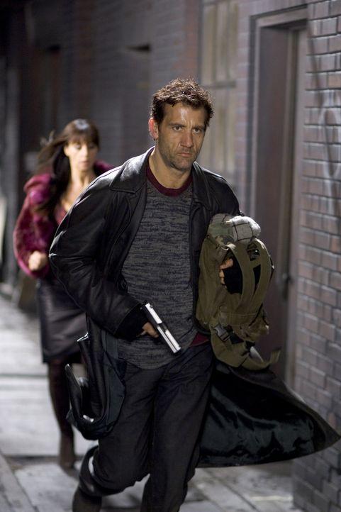 Im Visier gnadenloser Killer: Smith (Clive Owen, r.) und Donna (Monica Bellucci, l.) ... - Bildquelle: 2007 Warner Brothers International