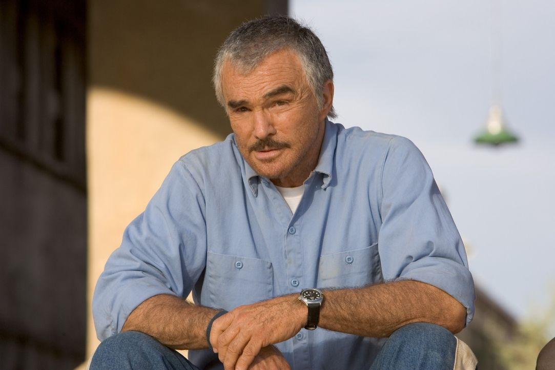 Die Wärter lassen keinen noch so üblen Trick aus, um seinen Footballspielern den Knockout zu verpassen: Trainer Nate Scarborough (Burt Reynolds) ... - Bildquelle: Sony 2007 CPT Holdings, Inc.  All Rights Reserved.