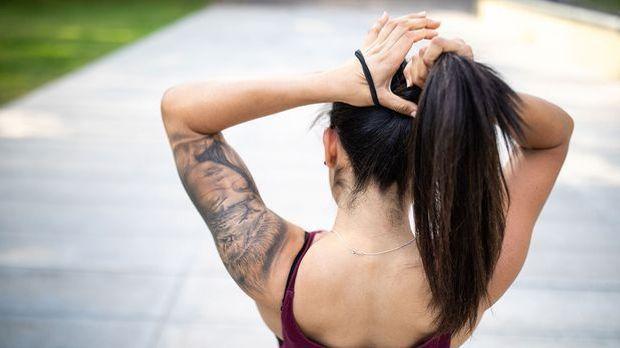 Ganz egal ob hoch oder weiter unten geknotet – der allbekannte Haar-Zopf ist...