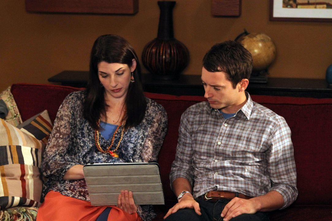 Ryan (Elijah Wood, r.) hört sich mehr gelangweilt als interessiert die Indienerzählungen von seiner Schwester Kristen (Dorian Brown, l.) an. Mehr wü... - Bildquelle: 2011 FX Networks, LLC. All rights reserved.