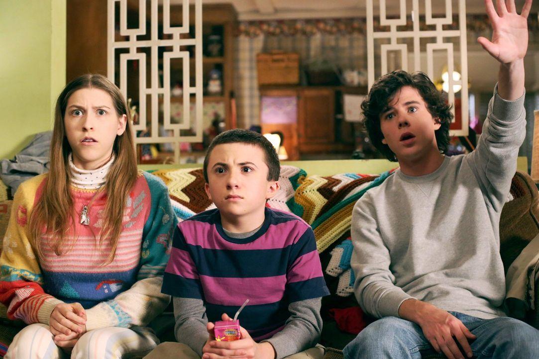 Als ihre Eltern eines Abends unterwegs sind, beschädigen Sue (Eden Sher, l.), Brick (Atticus Shaffer, M.) und Axl (Charlie McDermott, r.) aus Verseh... - Bildquelle: Warner Brothers