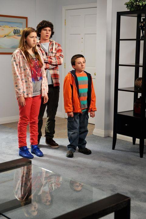 Sue (Eden Sher, l.), Axl (Charlie McDermott, M.) und Brick (Atticus Shaffer, r.) sind nicht sonderlich erpicht darauf, sich mit den Umzugsplänen ihr... - Bildquelle: Warner Brothers