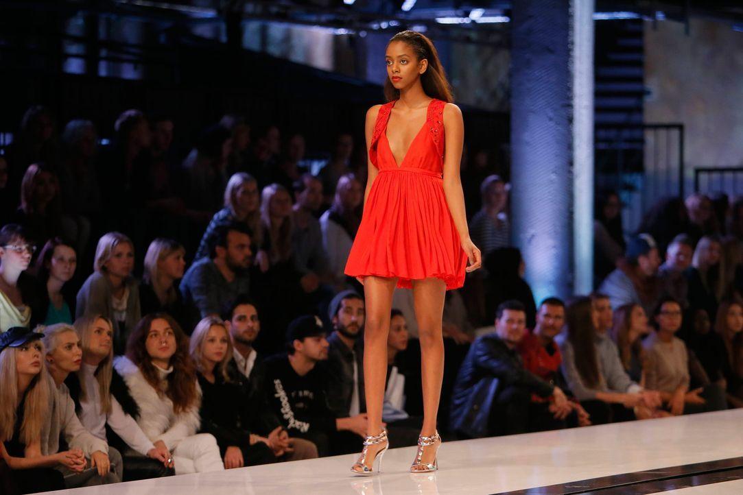 GNTM-Stf11-Epi01-erste-fashion-show-Yusra-46-ProSieben-Huebner-TEASER - Bildquelle: ProSieben/Richard Huebner