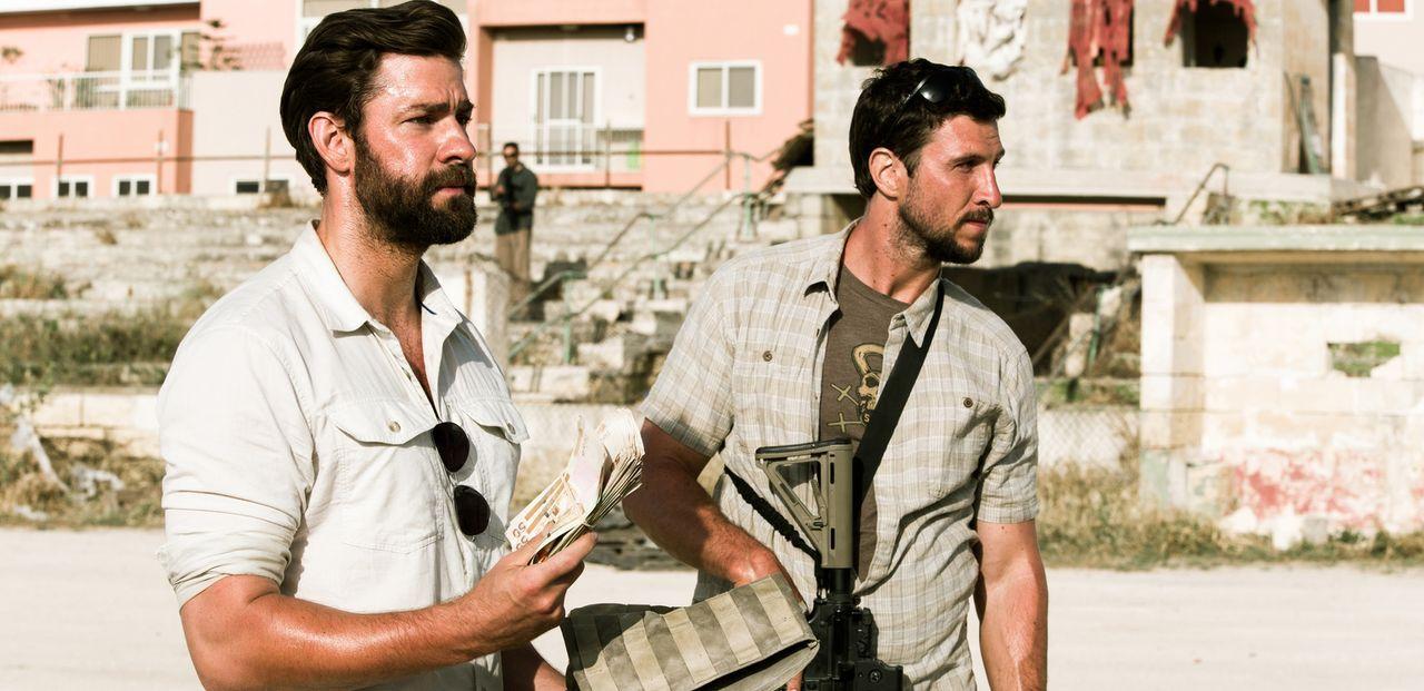 Noch ahnen die beiden Ex-Soldaten Jack (John Krasinski, l.) und Tanto (Pablo Schreiber, r.) nicht, dass die Nacht von 11. auf den 12. September 2012... - Bildquelle: 2016 Paramount Pictures. All Rights Reserved.