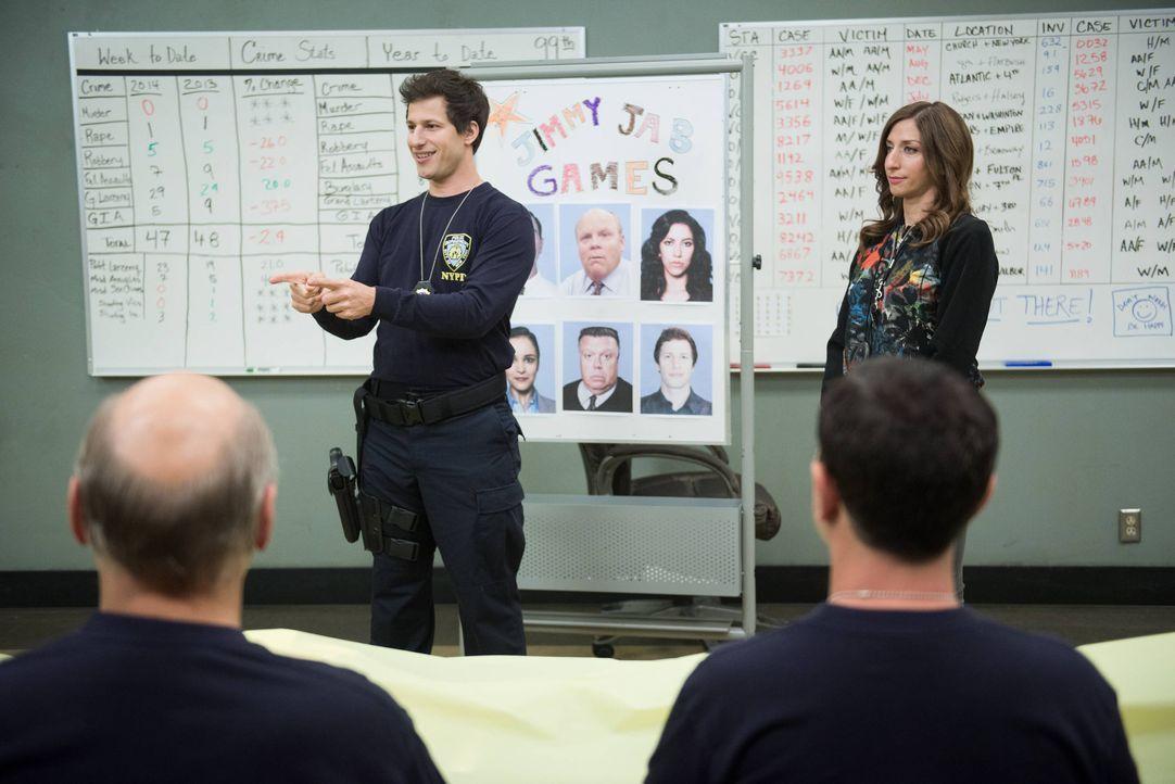 Jake Peralta (Andy Samberg, l.); Gina Linetti (Chelsea Peretti, r.) - Bildquelle: Eddy Chen 2014 UNIVERSAL TELEVISION LLC. All rights reserved / Eddy Chen