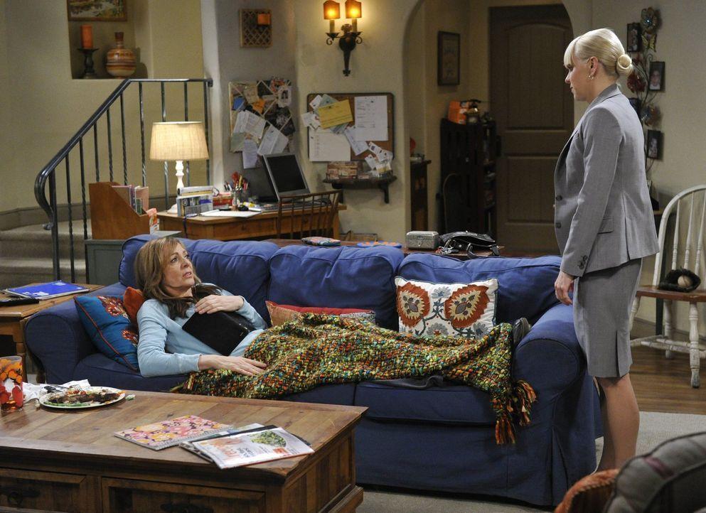 Die Rückenverletzung schmerzt Bonnie (Allison Janney, l.) so sehr, dass sie Tabletten verschrieben bekommt. Christy (Anna Faris, r.) kann es nicht f... - Bildquelle: Warner Bros. Television