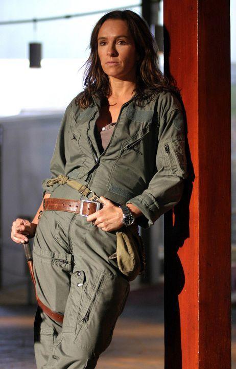 Helen (Juliet Aubrey) warnt vor gefährlichen Säbelzahnkatzen, die aus einer neuen Anomalie kommen sollen ... - Bildquelle: ITV Plc