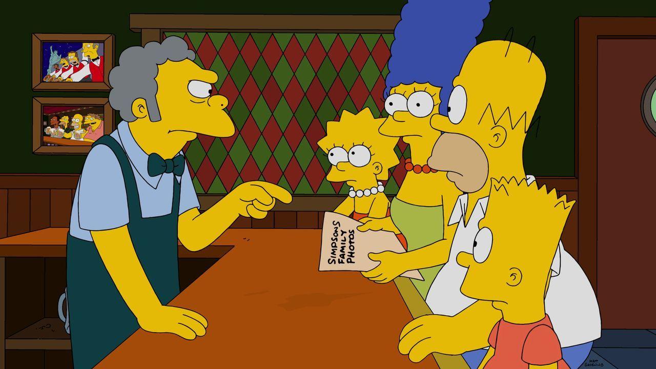 Die Entdeckung, die Homer (2.v.r.) in seiner Jackentasche macht, kann nur Moe (l.) leserlich machen. Marge (3.v.l.), Lisa (2.v.l.) und Bart (vorne,... - Bildquelle: 2014 Twentieth Century Fox Film Corporation. All rights reserved.