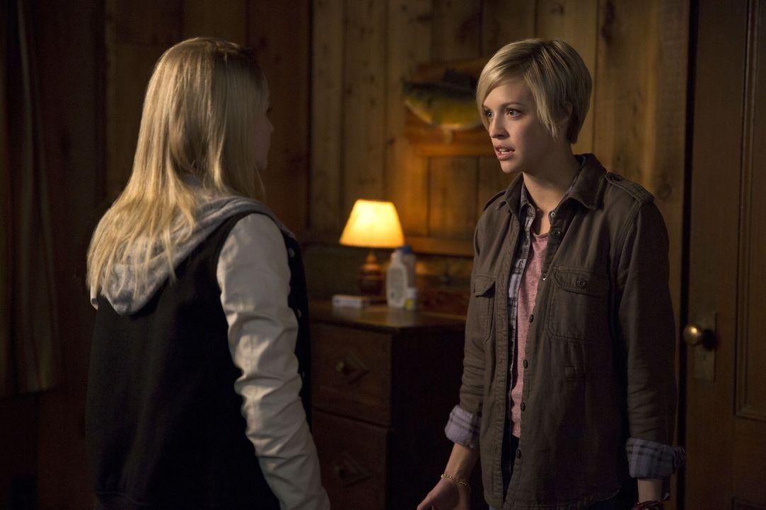 Als die Winchester Brüder erfahren, in welcher Verbindung ihre alte Bekannte Kate (Brit Sheridan, r.) und Tasha (Emily Tennant, l.) stehen, müssen s... - Bildquelle: 2016 Warner Brothers