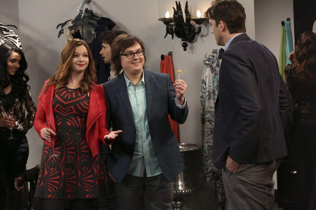 Jenny (Amber Tamblyn, 2.v.l.) und Barry (Clark Duke, 2.v.r.) reden Walden (Ashton Kutcher, r.) gut zu, damit er es mit Kate ruhig und entspannt ange... - Bildquelle: Warner Brothers Entertainment Inc.