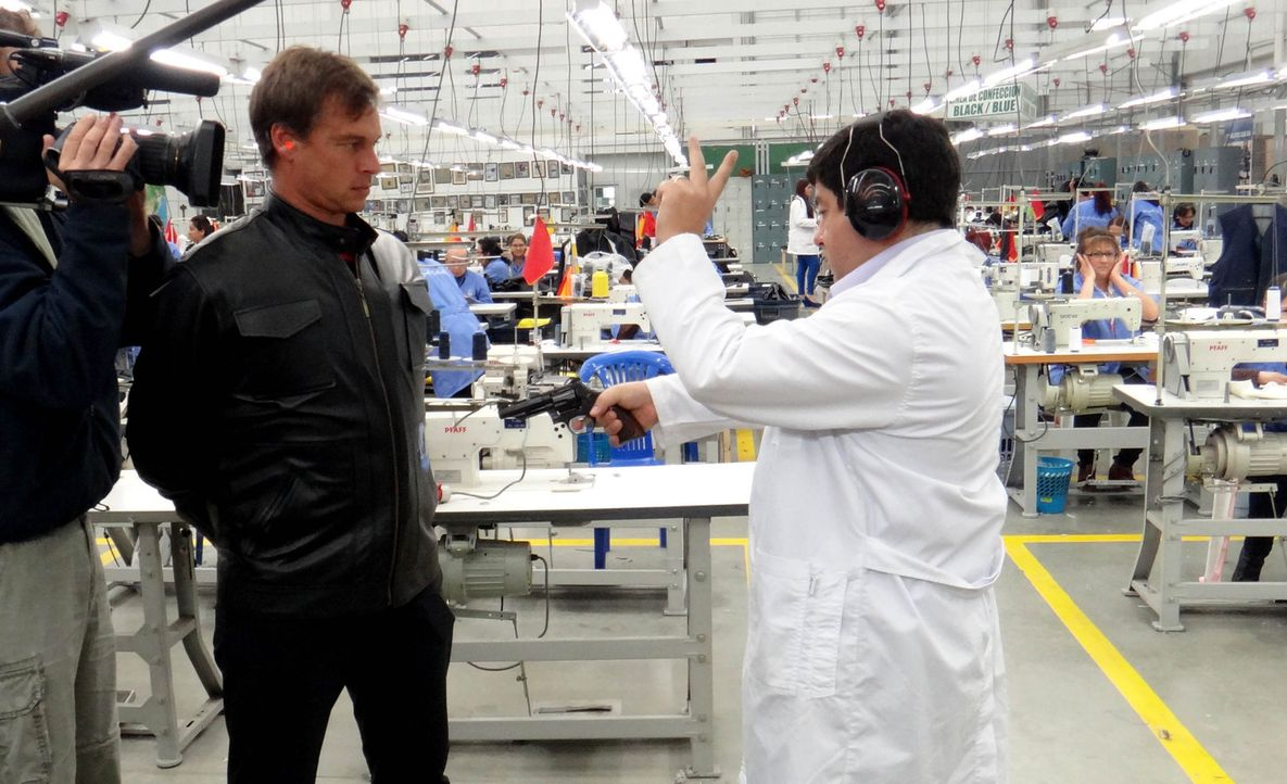"""In Kolumbien wird Miguel Caballero """"der schusssichere Armani"""" genannt, denn er produziert kugelsichere Kleidung. Wer für den schusssicheren Armani... - Bildquelle: ProSieben"""