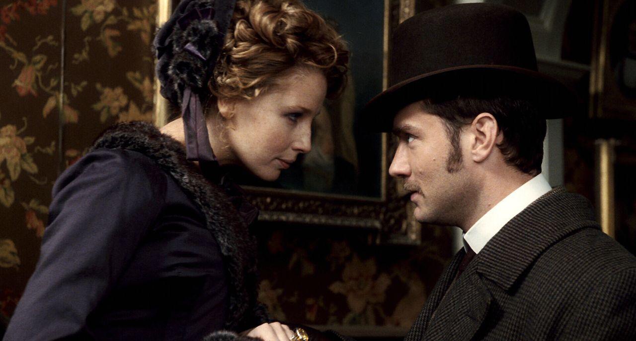 Ihre Flitterwochen verlaufen ganz anders als geplant: Watson (Jude Law, r.) und Mary (Kelly Reilly, l.) ... - Bildquelle: Warner Brothers