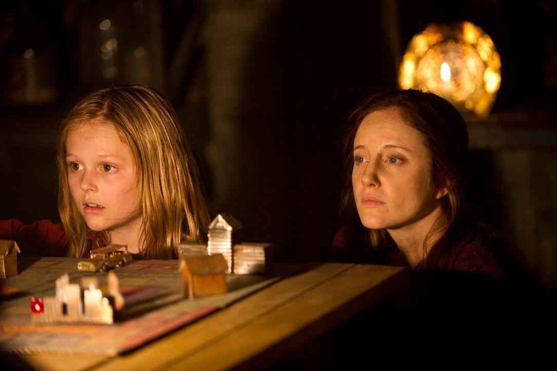 Auch nach 301 Tagen im Bunker scheint Claires (Andrea Riseborough, r.) und Zoes (Emily Alyn Lind, r.) Isolation noch lange nicht beendet. Denn auf d... - Bildquelle: 2015 Warner Bros.