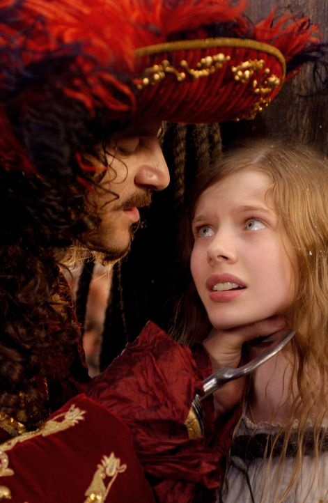 Im Nimmerland machen Wendy (Rachel Hurd-Wood, r.) und ihre Brüder Bekanntschaft dem hinterhältigen Capatin Hook (Jason Isaacs, l.) ... - Bildquelle: 2004 Sony Pictures Television International. All Rights Reserved.