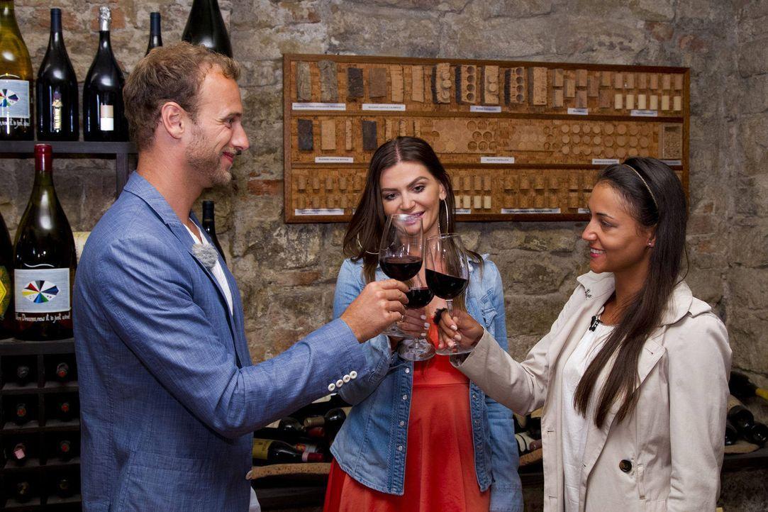 Gero (l.) entführt die zwei Kandidatinnen Hannah (r.) und Almira (M.) in einen Weinkeller zur Probe eines edlen Tropfens ... - Bildquelle: Richard Hübner ProSieben