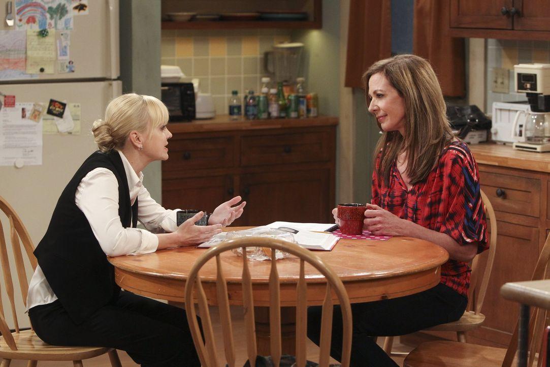 Christy (Anna Faris, l.) bleibt misstrauisch, als ihre Mutter Bonnie (Allison Janney, r.) ihr weismachen will, dass sie ihr Leben von Grund auf geän... - Bildquelle: Warner Bros. Television