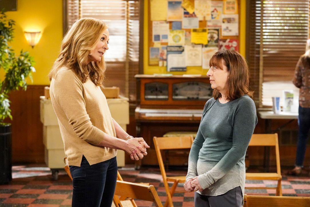 Bonnie (Allison Janney, l.); Wendy (Beth Hall, r.) - Bildquelle: Warner Bros. Entertainment, Inc.