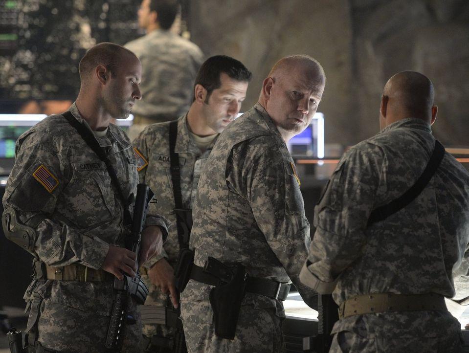 Übernimmt das Kommando des DEO, als Hank von Handlangern Astras entführt wird: General Sam Lane (Glenn Morshower, 2.v.l.) ... - Bildquelle: 2015 Warner Bros. Entertainment, Inc.