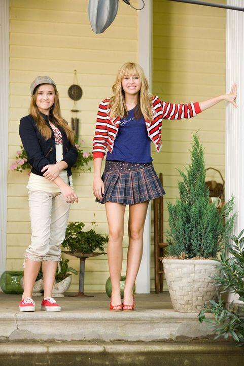 Als Miley (Miley Cyrus, r.) in ihrem Hannah-Outfit ihrer besten Freundin (Emily Osment, l.) den 16. Geburtstag ruiniert, verrät diese einem undurch... - Bildquelle: Sam Emerson Walt Disney Pictures.  All Rights Reserved