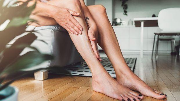 Ein Peeling für deine Beine sorgt für eine wohltuende Massage und hilft abges...