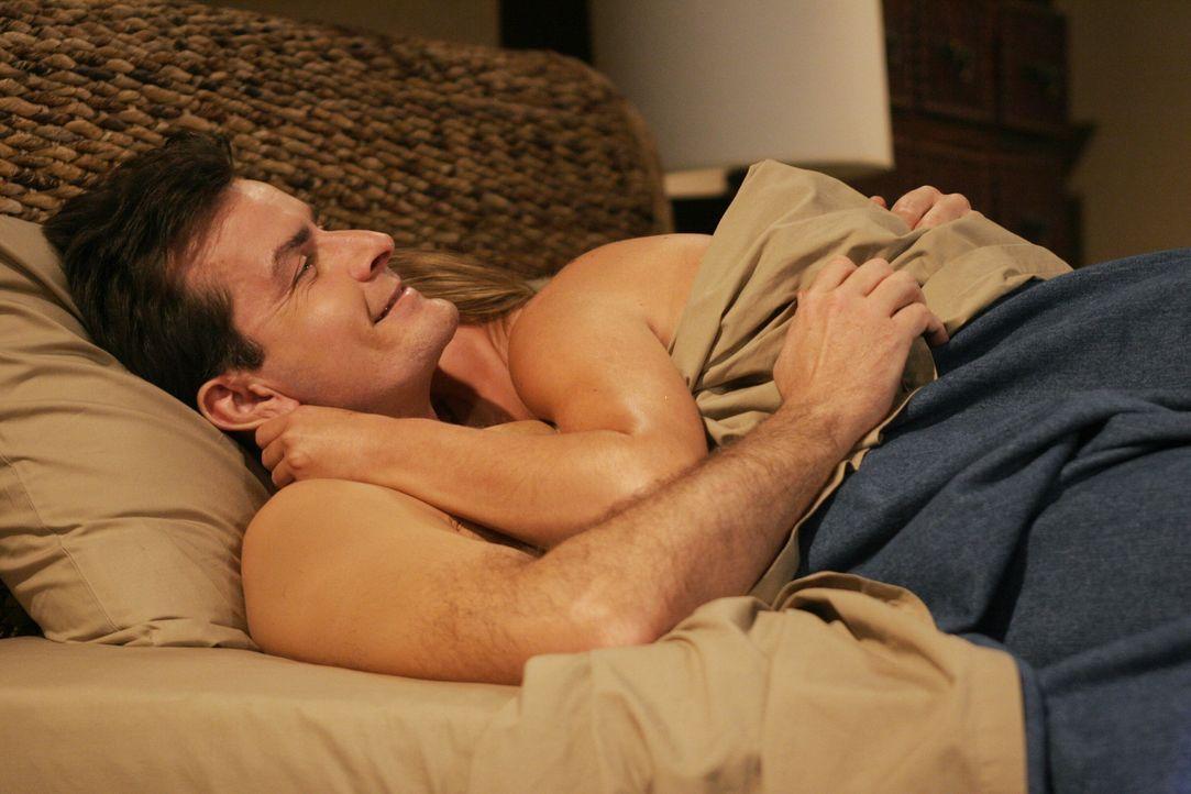 Charlie (Charlie Sheen, l.) genießt das Leben ... - Bildquelle: Warner Brothers Entertainment Inc.