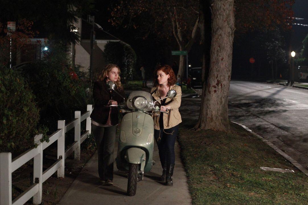 Da es Tessa (Jane Levy, r.) leid ist, immer auf George zu warten, bis er sie abholen kommt, sucht sie sich einen Job und kauft sich von dem Geld ein... - Bildquelle: Warner Brothers