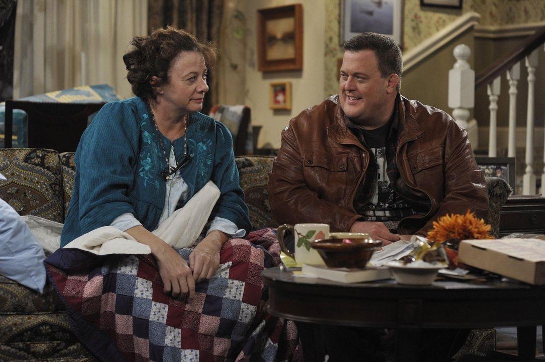 Peggy (Rondi Reed, l.) sucht nach einem Job, nachdem Mike (Billy Gardell, r.) sie dazu gedrängt hat. Doch die Jobsuche verkommt zu einem einzigen Dr... - Bildquelle: Warner Brothers