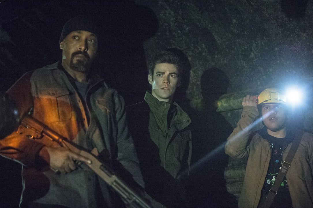 Eigentlich wollen Joe (Jesse L. Martin, l.), Barry (Grant Gustin, M.) und Cisco (Carlos Valdes, r.) in der Kanalisation den gefährlich Gorilla aufsp... - Bildquelle: Warner Brothers.